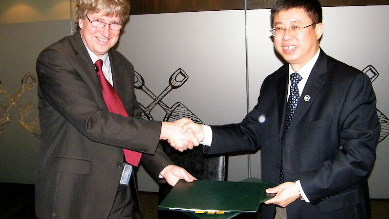 Dr Tony Fleming (left), Director of the Australian Antarctic Division, and Dr Qu Tanzhou, Director of the Chinese Arctic and Antarctic Administration, sign a Memorandum of Understanding at the Antarctic Treaty Consultative Meeting in June 2012.