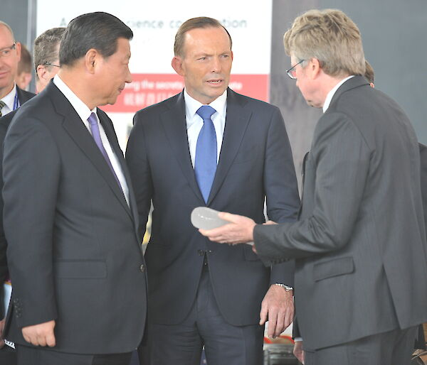 President Xi and Prime Minister Abbott examine an ice core, held by Dr Tony Fleming